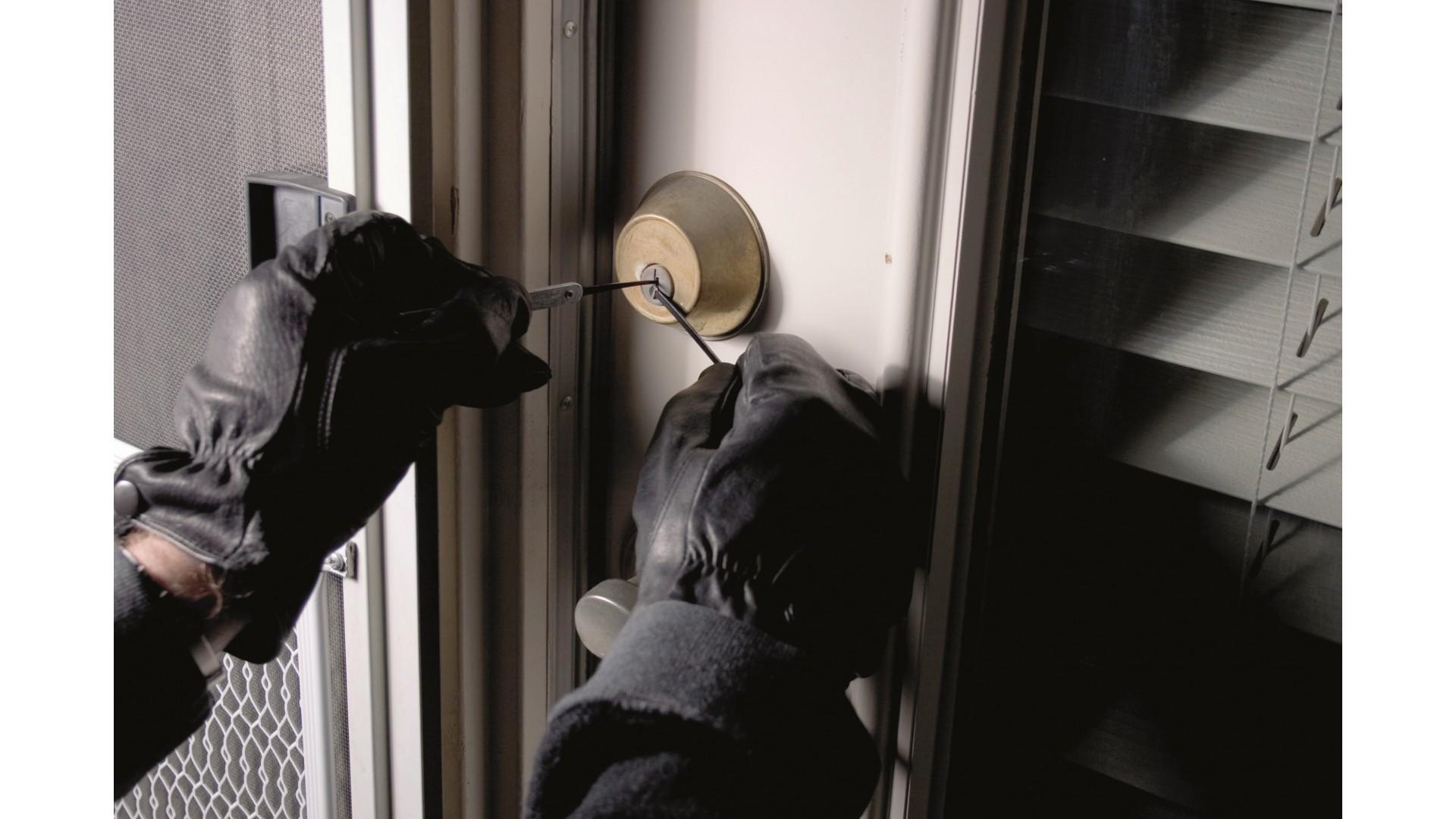 Знаете ли Вы, что 6,4% грабителей проникают в квартиру/дом при помощи ключа?